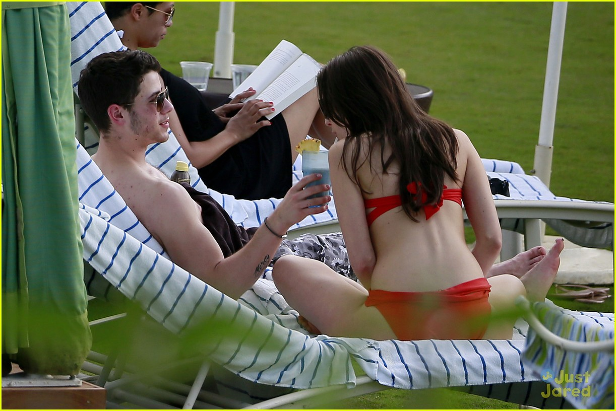 nick jonas olivia culpo hawaii beach 01