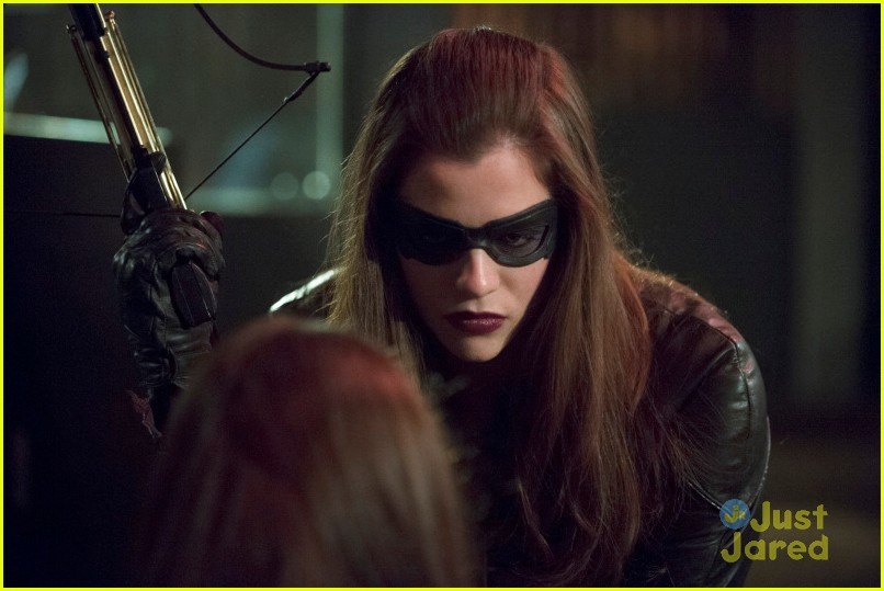 Laurel Gets Kidnapped By The Huntress In Arrow Tonight Photo 656579 Arrow Caity Lotz Katie Cassidy Stephen Amell Pictures Just Jared Jr