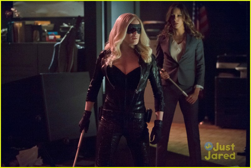 Laurel Gets Kidnapped By The Huntress In Arrow Tonight Photo 656580 Arrow Caity Lotz Katie Cassidy Stephen Amell Pictures Just Jared Jr
