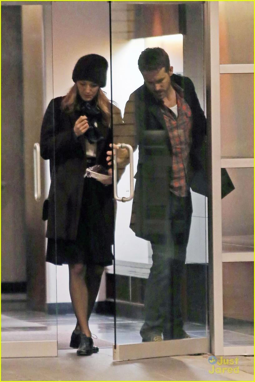 Ryan Reynolds Gentleman Holds Door Open Blake Lively 05