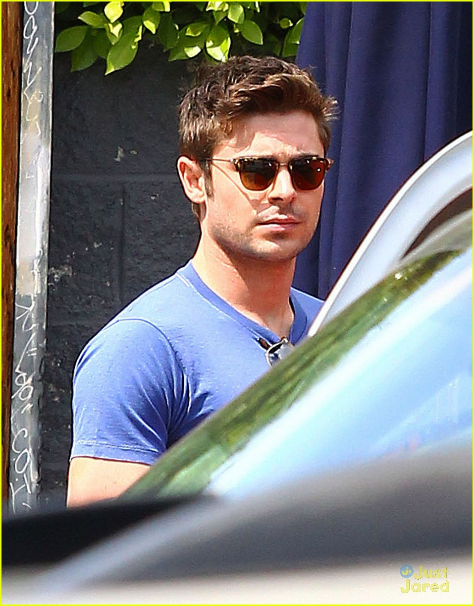zac efron two tees lunch 01