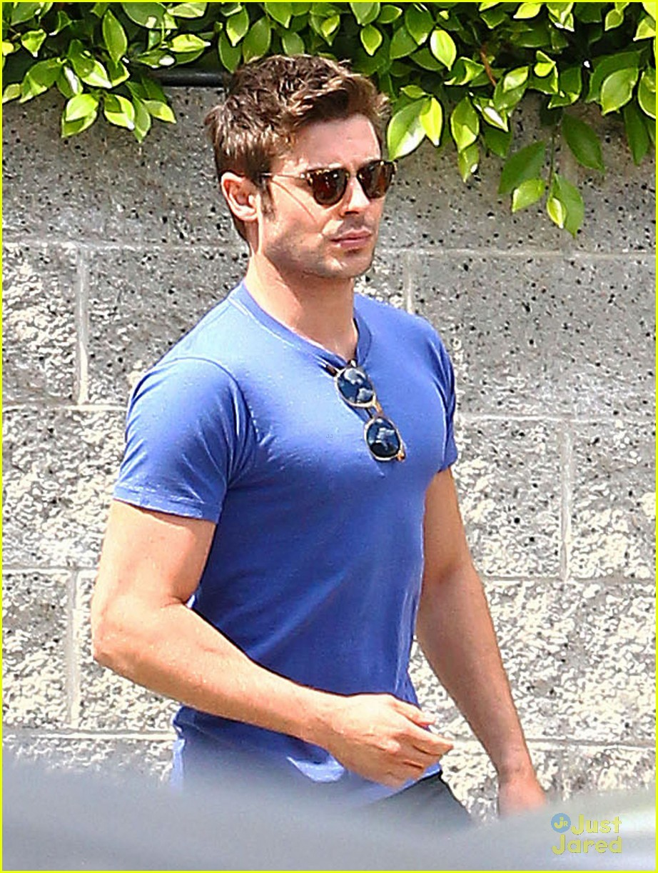 zac efron two tees lunch 05