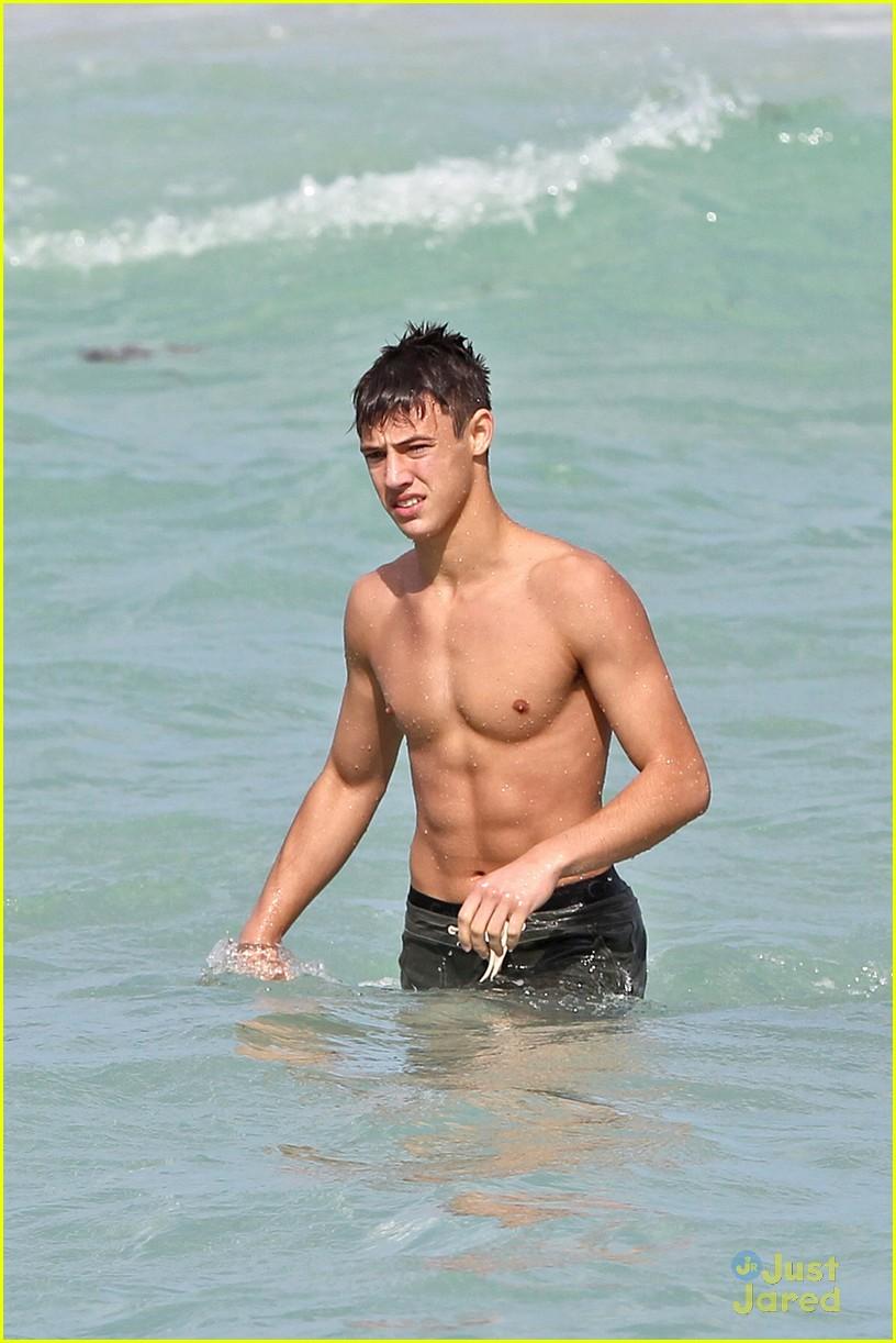 Cameron Dallas Splashes Around Shirtless In Miami Photo 665834
