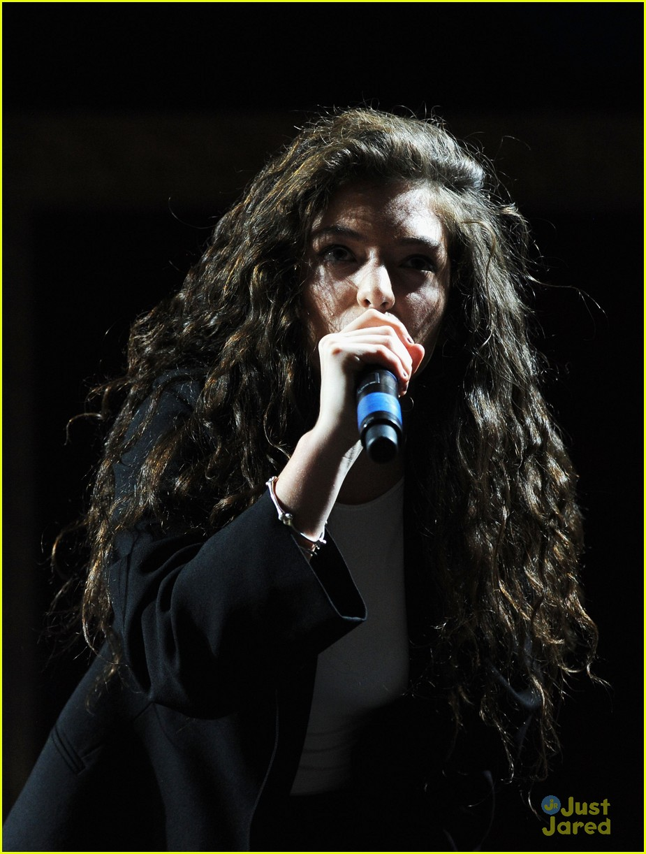 lorde dances in the dark at coachella 201403