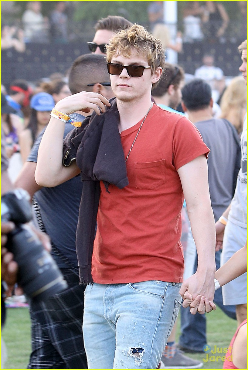 emma roberts and evan peters hold hands at coachella 201405
