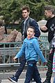 emma stone andrew garfield hands disneyland paris 14