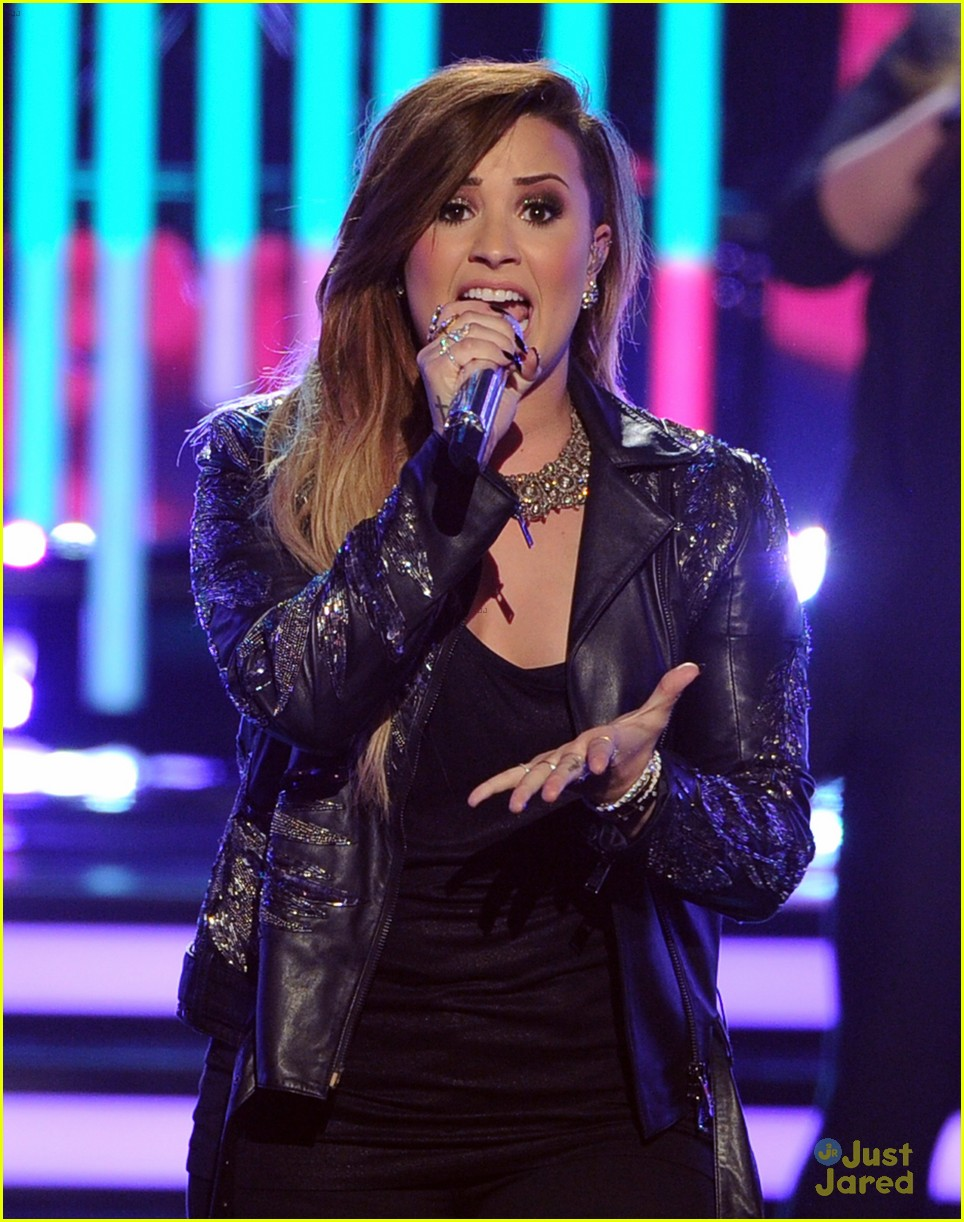 demi lovato performs on american idol finale 01
