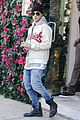 justin bieber attracts a mob of fans while out shopping 09