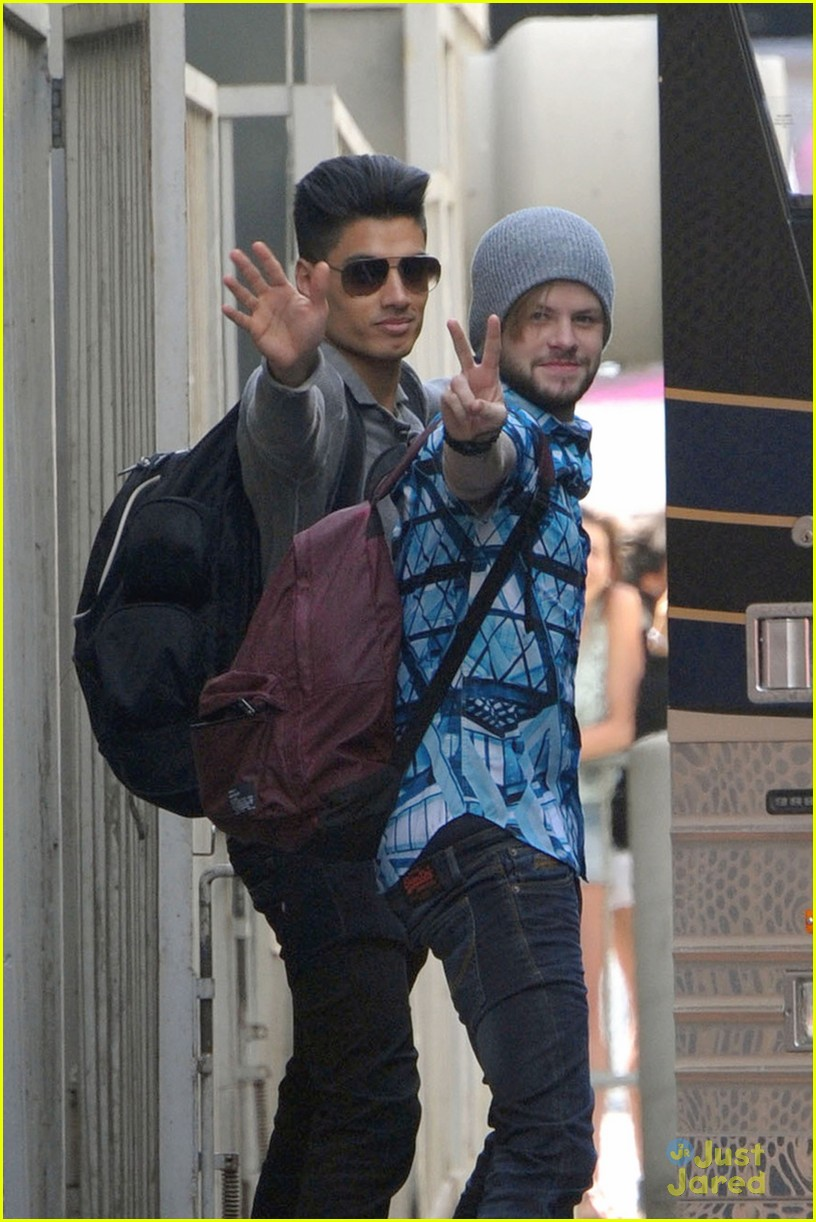 the wanted say hi to fans during their stop in la02