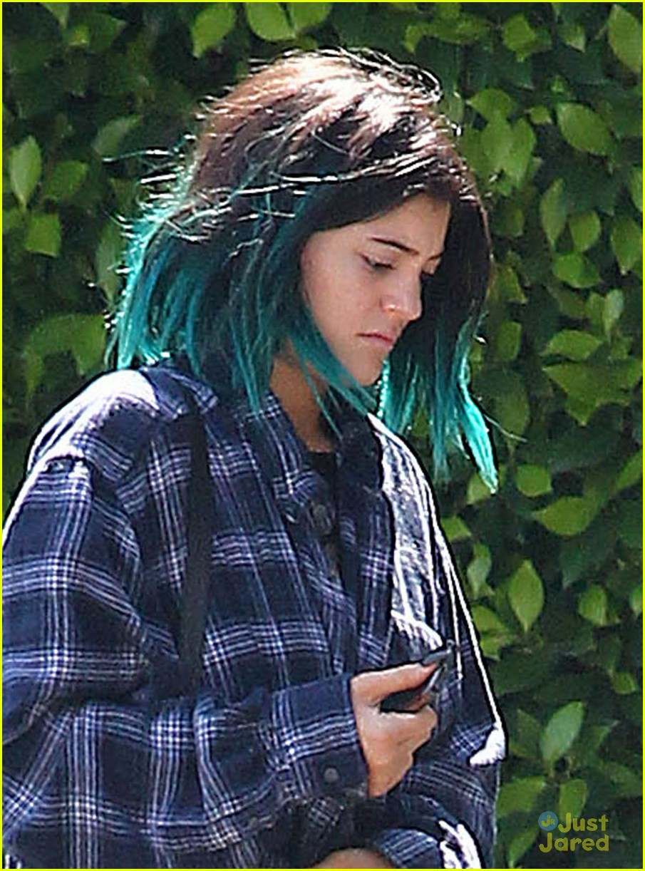 Kylie Jenner Gets Rid Of Blue Hair Snuggles Up To Miles Richie