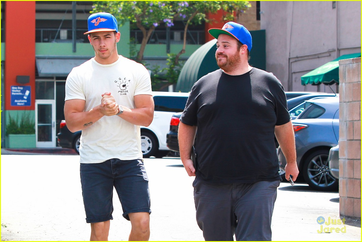 nick jonas hugos sunday lunch 01