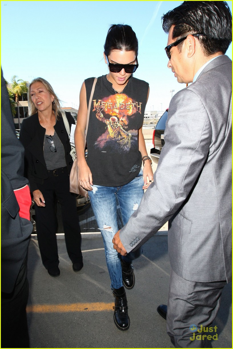 kendall kylie jenner megadeath tee lax airport 03
