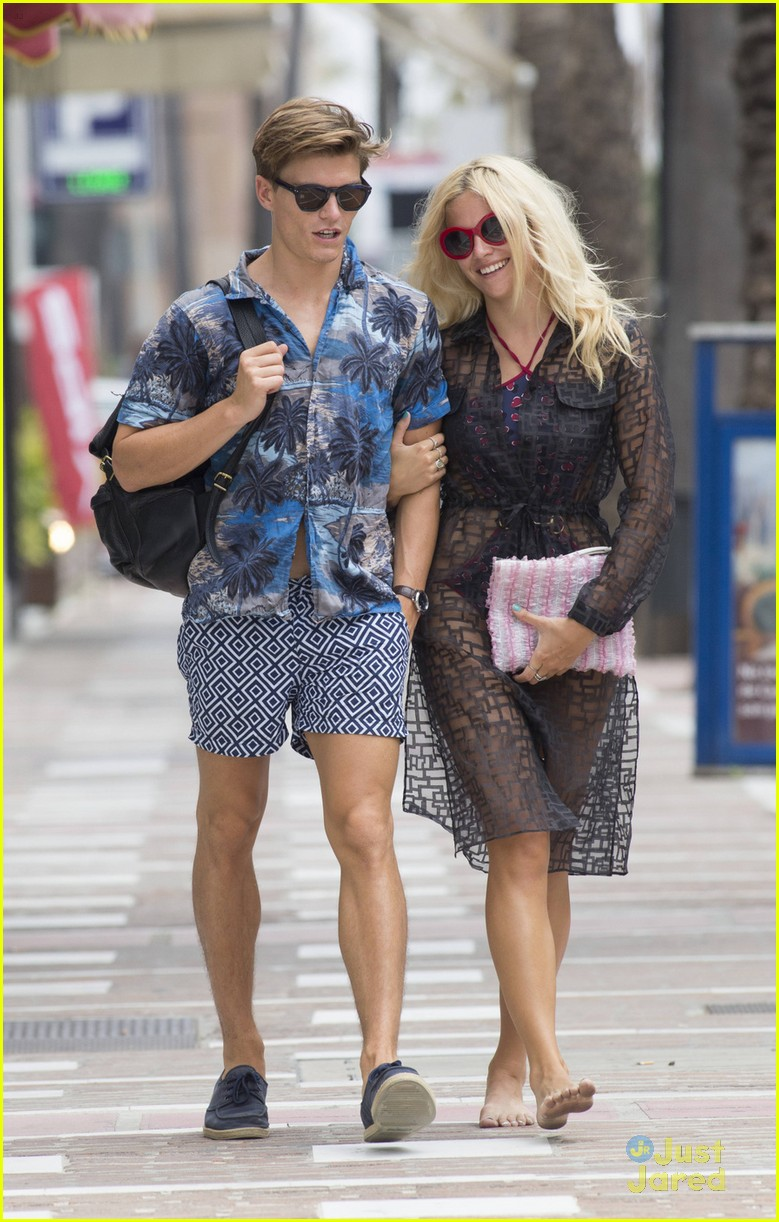 oliver cheshire marbella shirtless stroll pixie lott 01