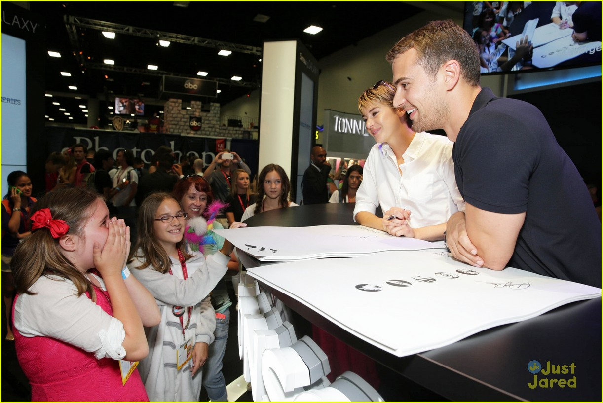 Shailene woodley theo james meet divergent fans at comic con shailene woodley theo james divergent sdcc signing 05 m4hsunfo
