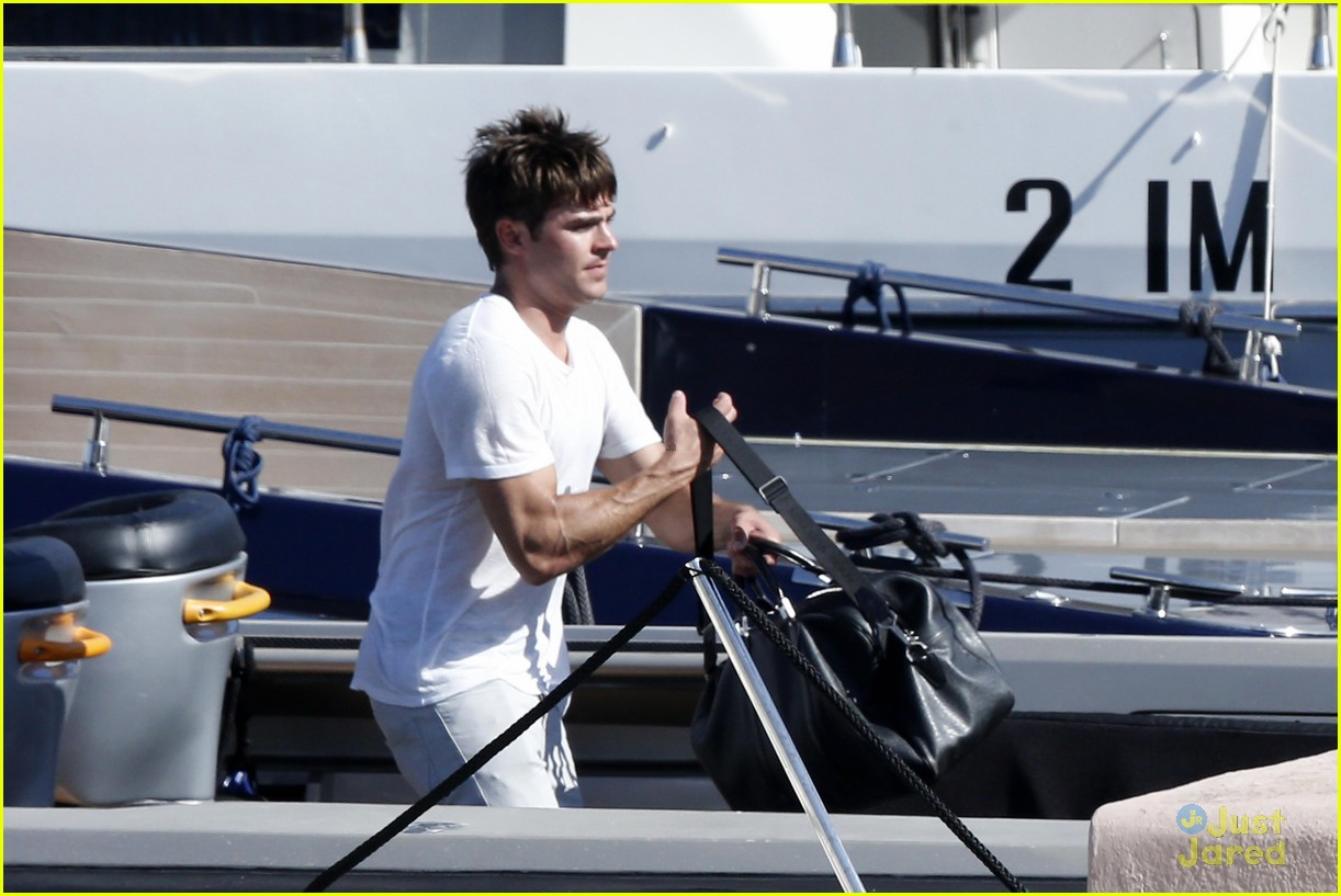 zac efron michelle rodriguez boat italy vacation 03