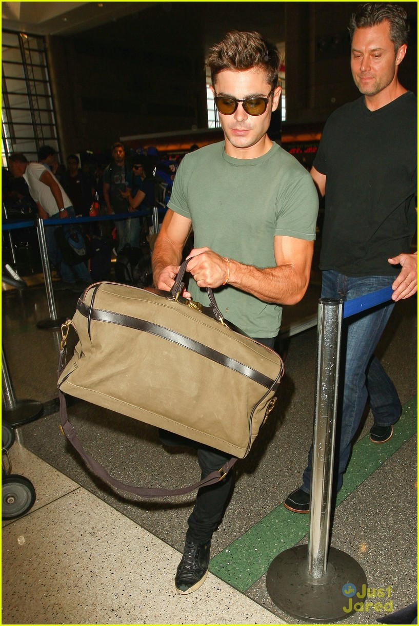 zac efron muscles cant be ignored at lax airport 03