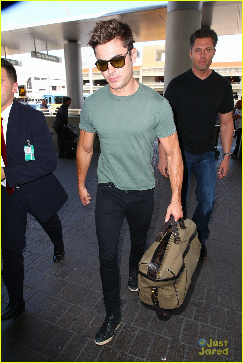 zac efron muscles cant be ignored at lax airport 21