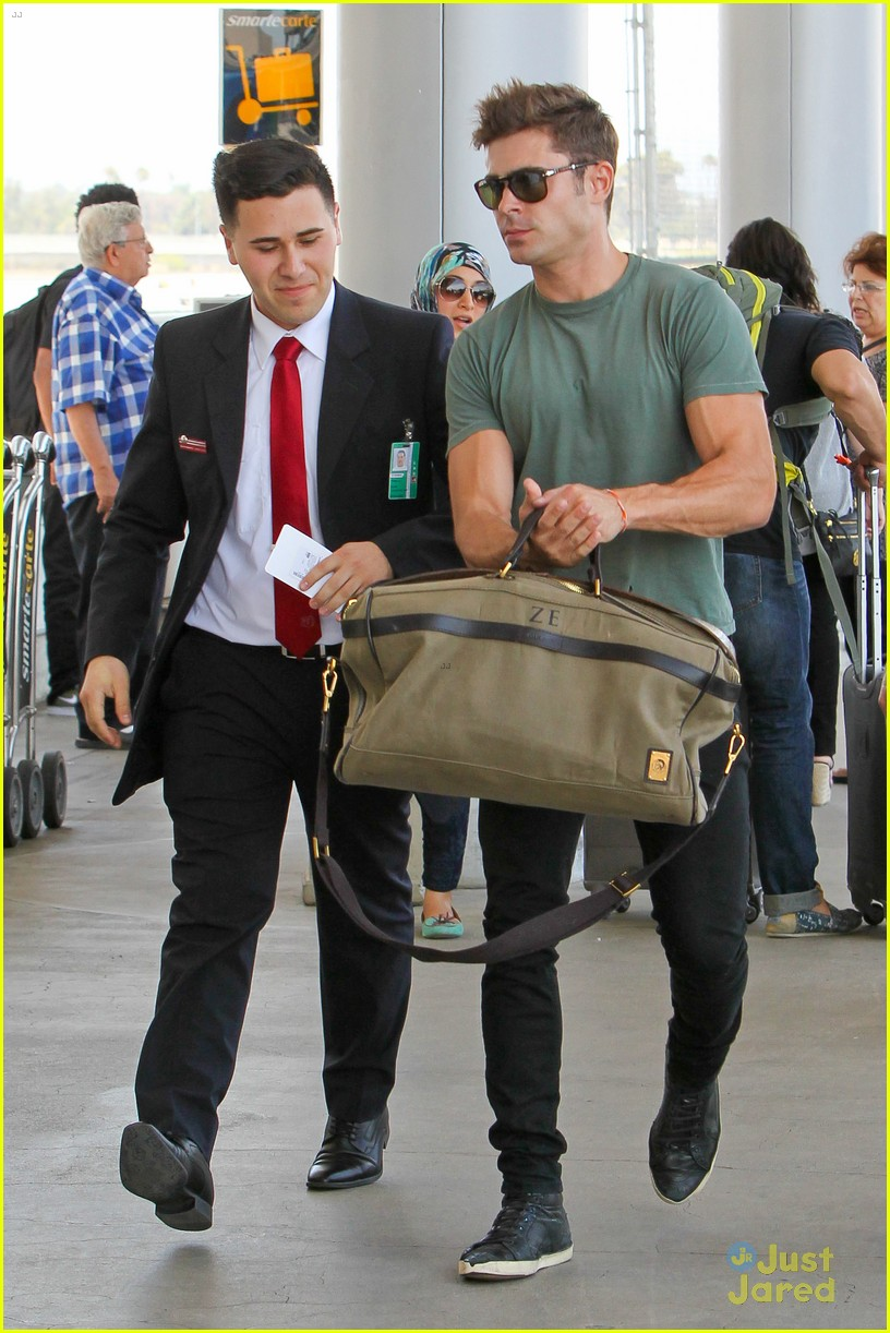 zac efron muscles cant be ignored at lax airport 22