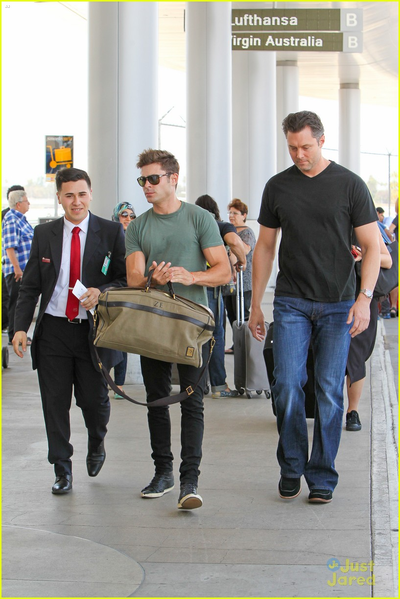 zac efron muscles cant be ignored at lax airport 23