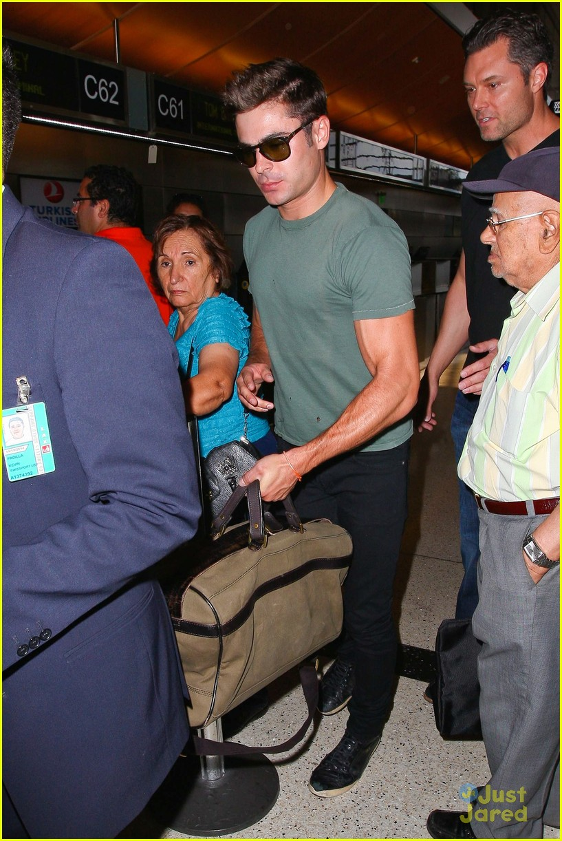 zac efron muscles cant be ignored at lax airport 26