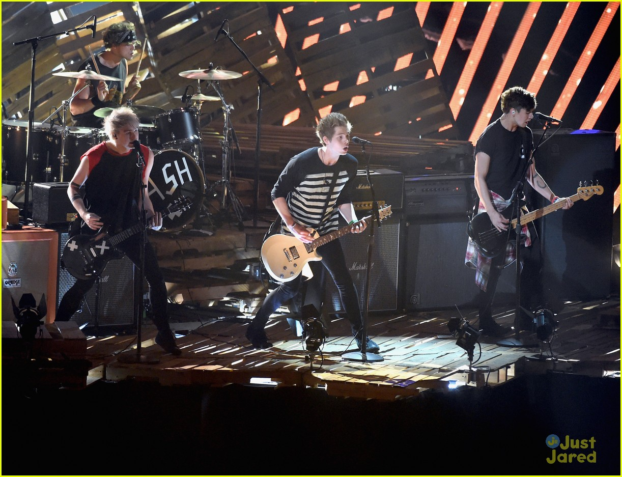 5 seconds of summer amnesia mtv vma performance 03