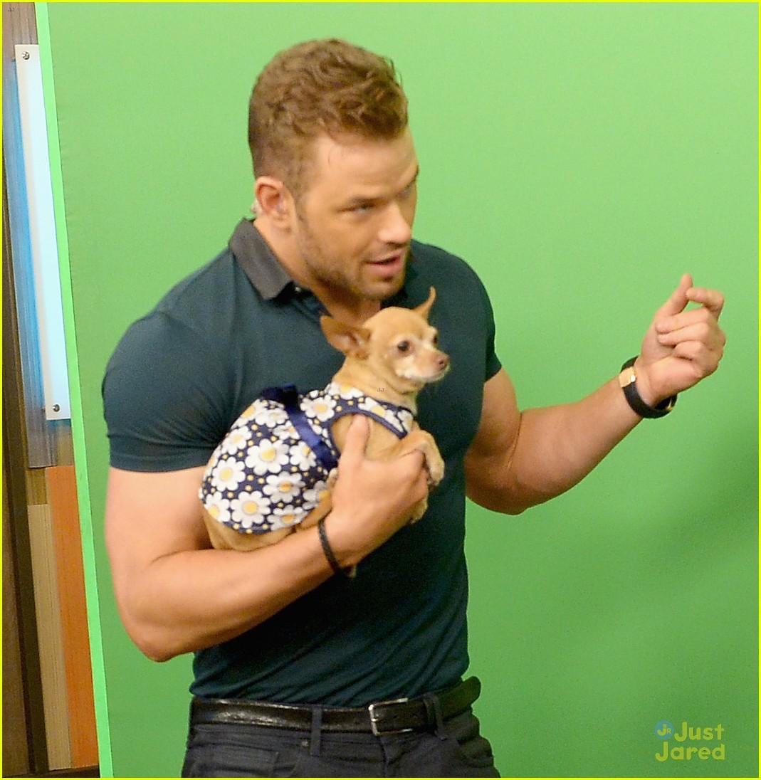 kellan lutz cuddling puppy despierta america 04
