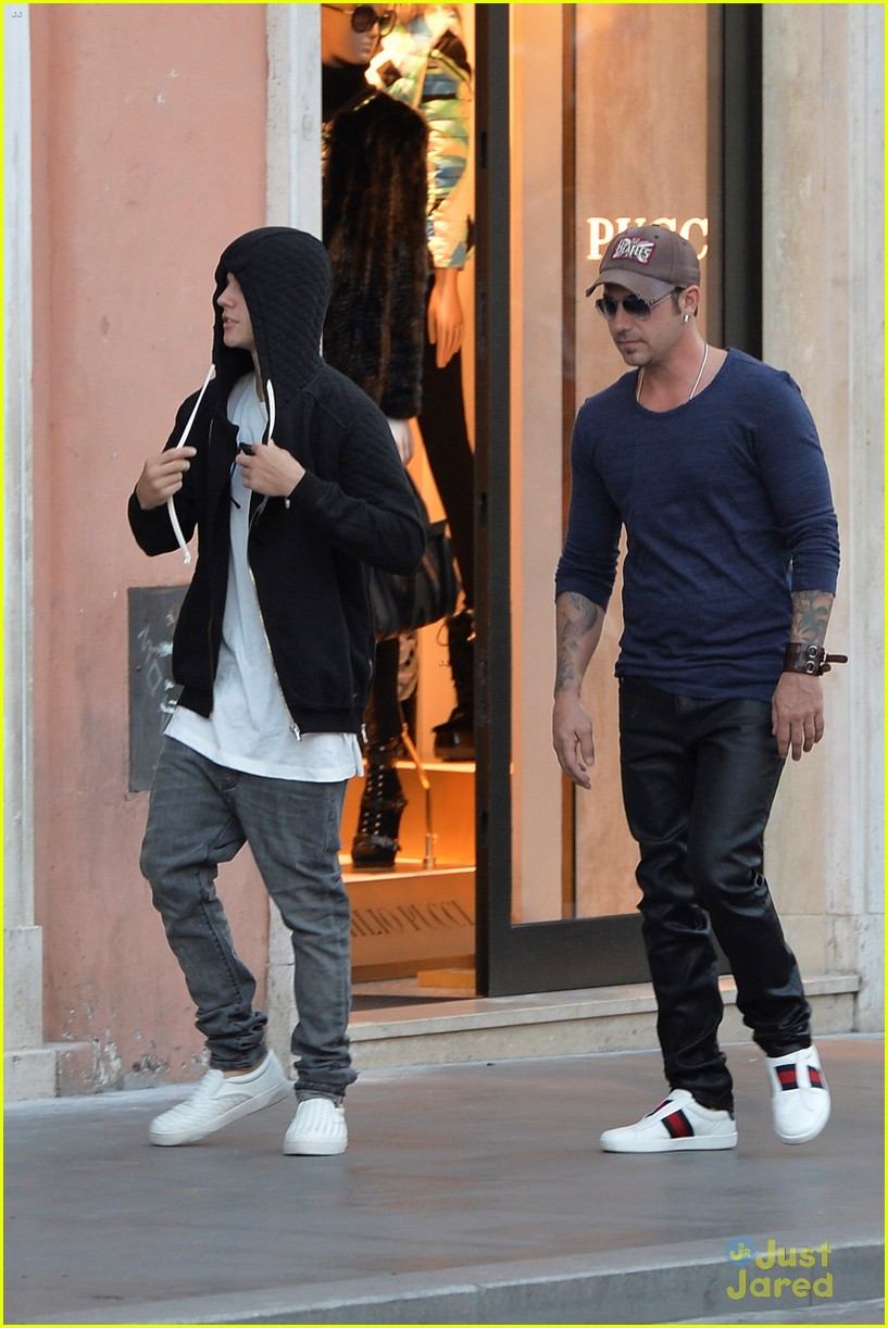 justin bieber dad jeremy become tourists in rome 01
