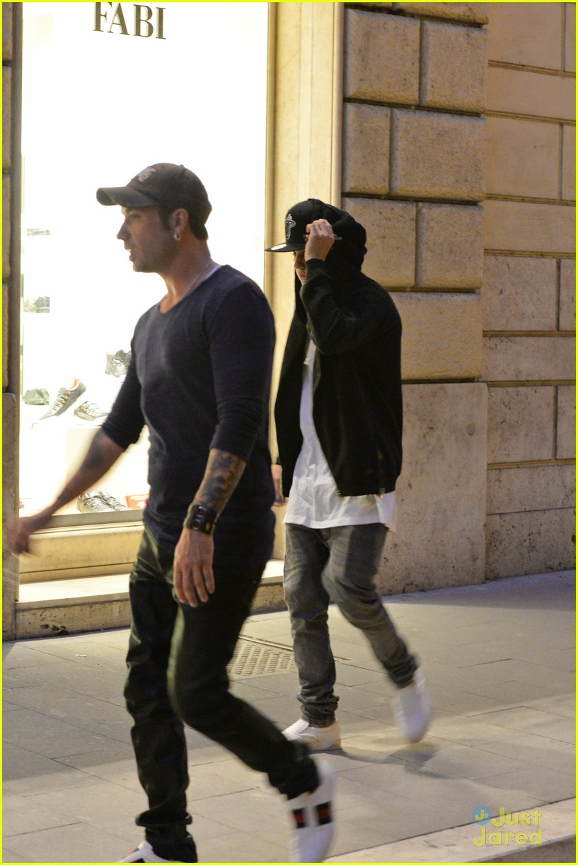 justin bieber dad jeremy become tourists in rome 24