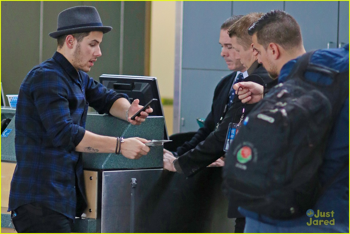 nick jonas airport after we day 07