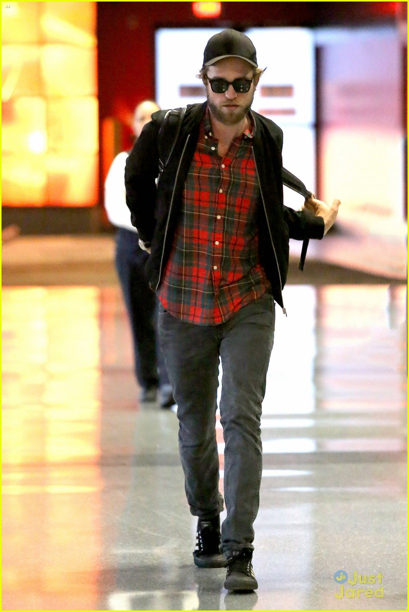 robert pattinson goes super scruffy for lax departure 06
