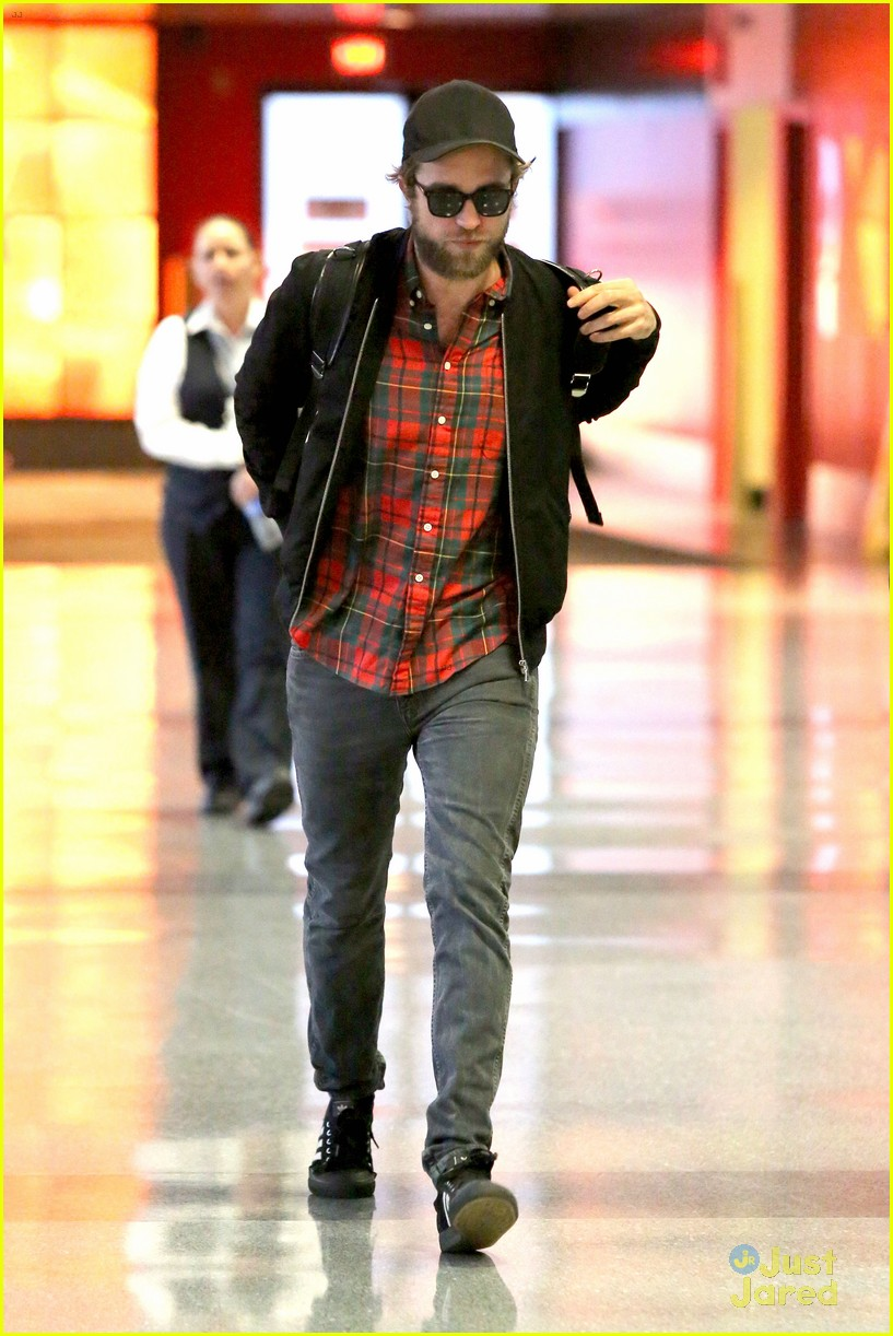robert pattinson goes super scruffy for lax departure 12