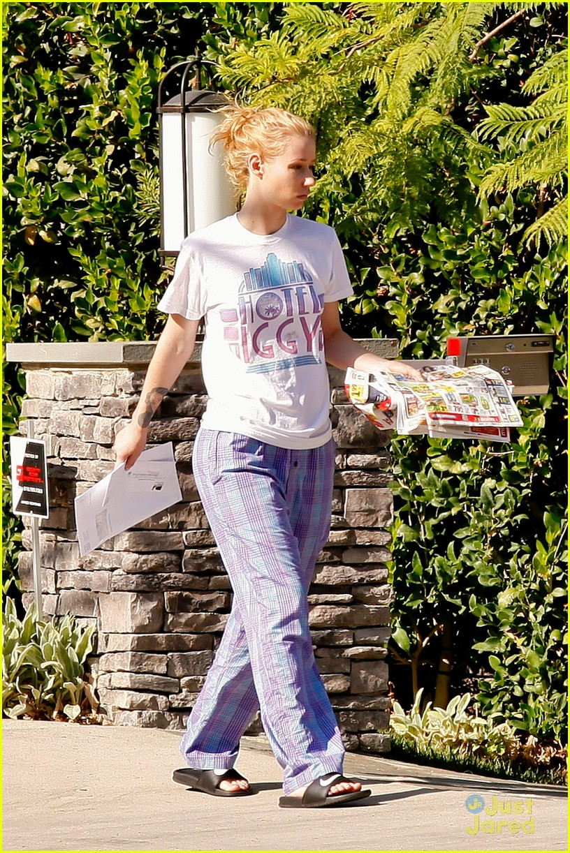 fa407d5336 ... Wears Her PJs Outside   Picks Up the Mail at Her New House · Zoom In  Zoom. iggy azalea checks mail in comfy pjs 01