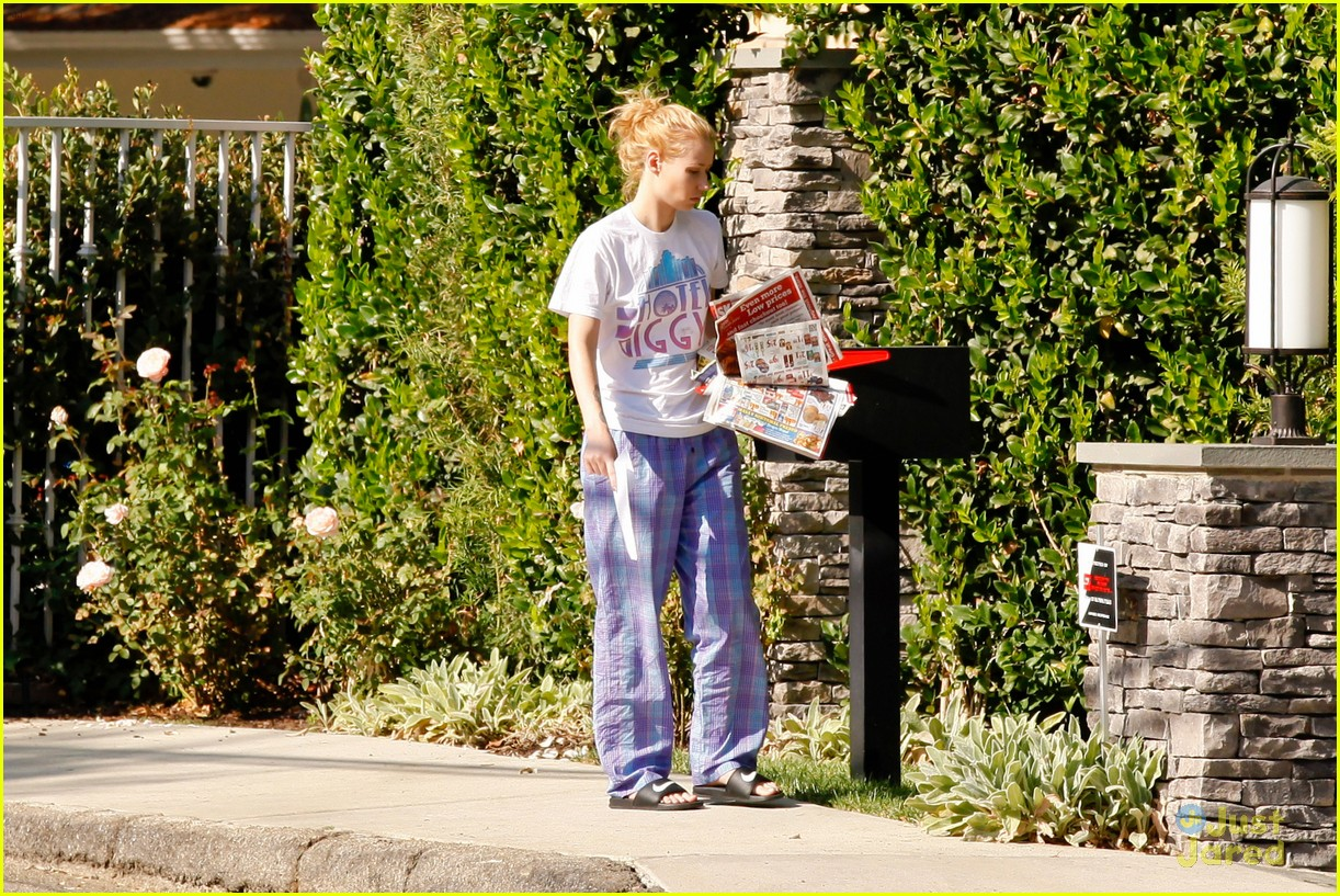 865031442d ... Wears Her PJs Outside   Picks Up the Mail at Her New House · Zoom In  Zoom. iggy azalea checks mail in comfy pjs 03