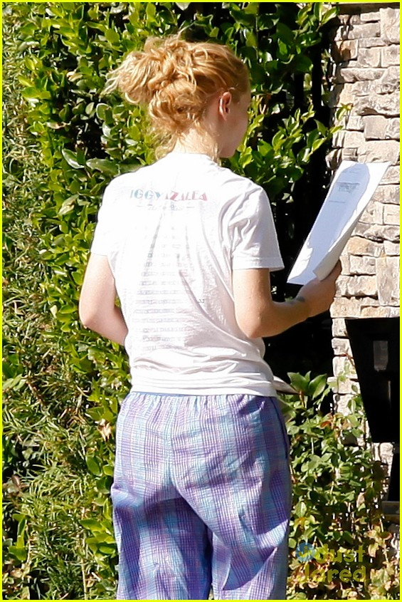ead2d25ade ... Wears Her PJs Outside   Picks Up the Mail at Her New House · Zoom In  Zoom. iggy azalea checks mail in comfy pjs 04
