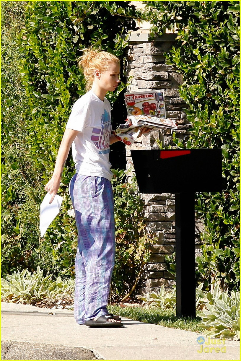00948059f2 ... Wears Her PJs Outside   Picks Up the Mail at Her New House · Zoom In  Zoom. iggy azalea checks mail in comfy pjs 05