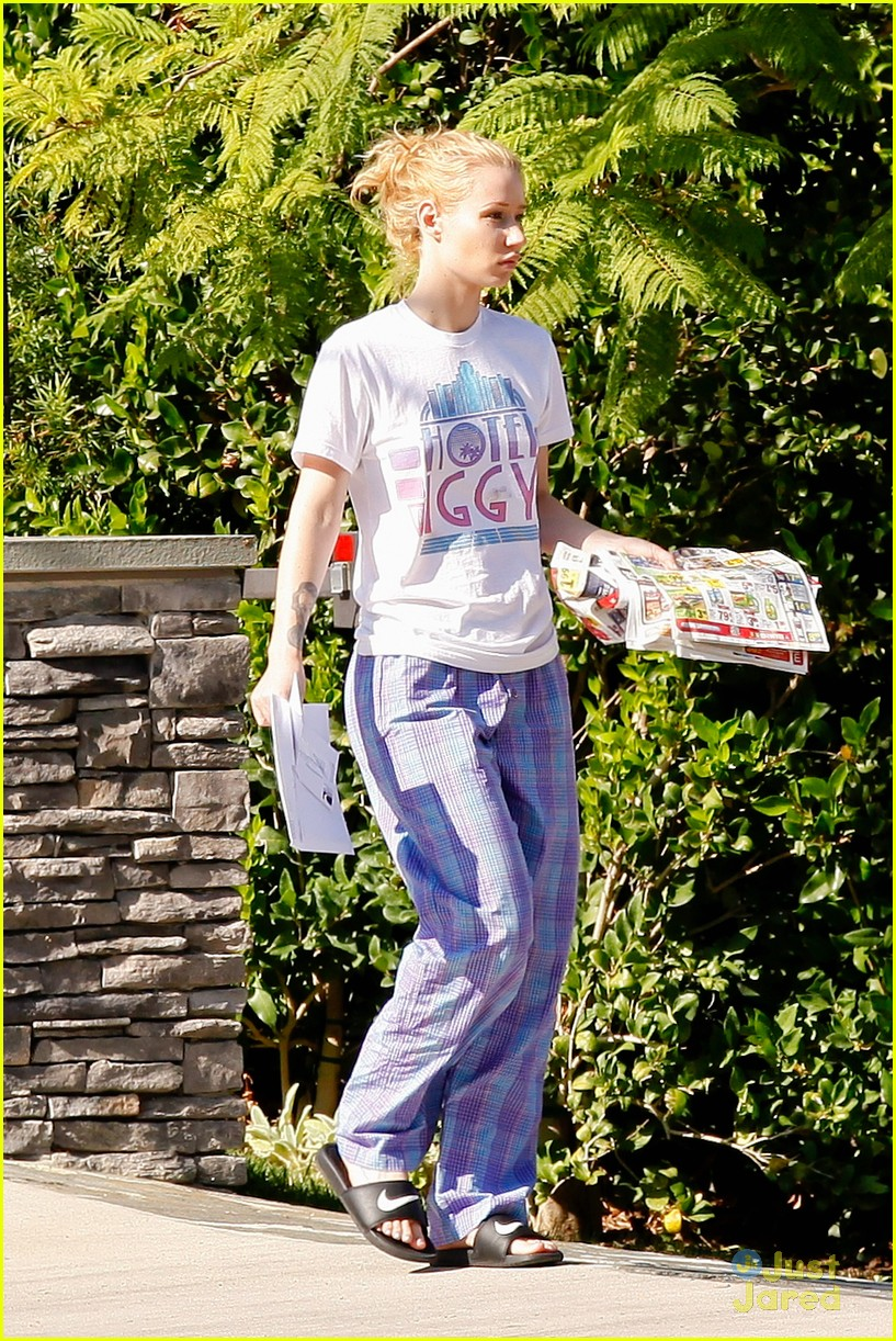 2b2adb6586 ... Wears Her PJs Outside   Picks Up the Mail at Her New House · Zoom In  Zoom. iggy azalea checks mail in comfy pjs 10