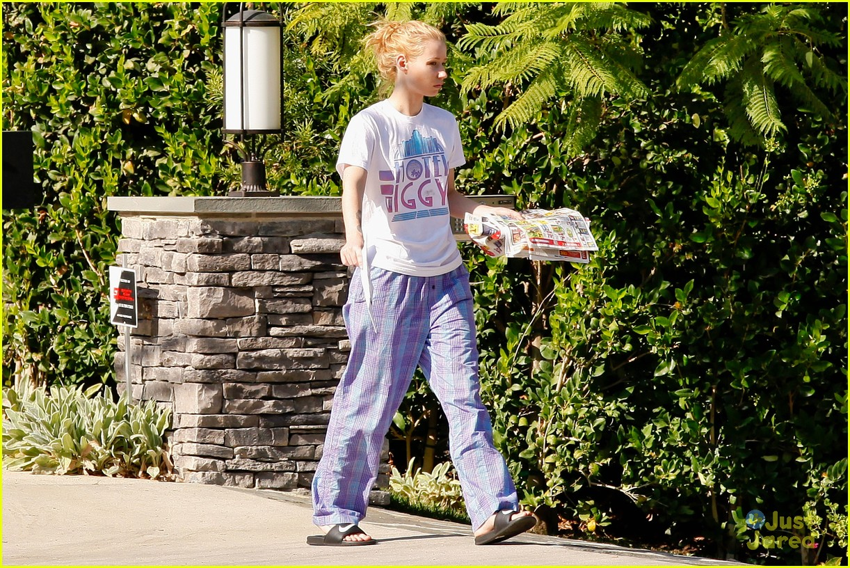 d610b036da ... Wears Her PJs Outside   Picks Up the Mail at Her New House · Zoom In  Zoom. iggy azalea checks mail in comfy pjs 13