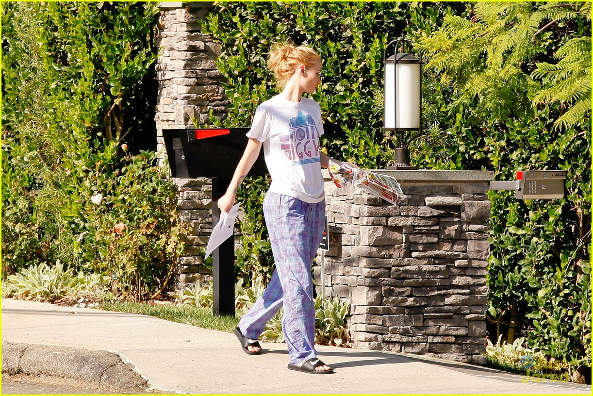 8b7c73cf28 ... Wears Her PJs Outside   Picks Up the Mail at Her New House · Zoom In  Zoom. iggy azalea checks mail in comfy pjs 16