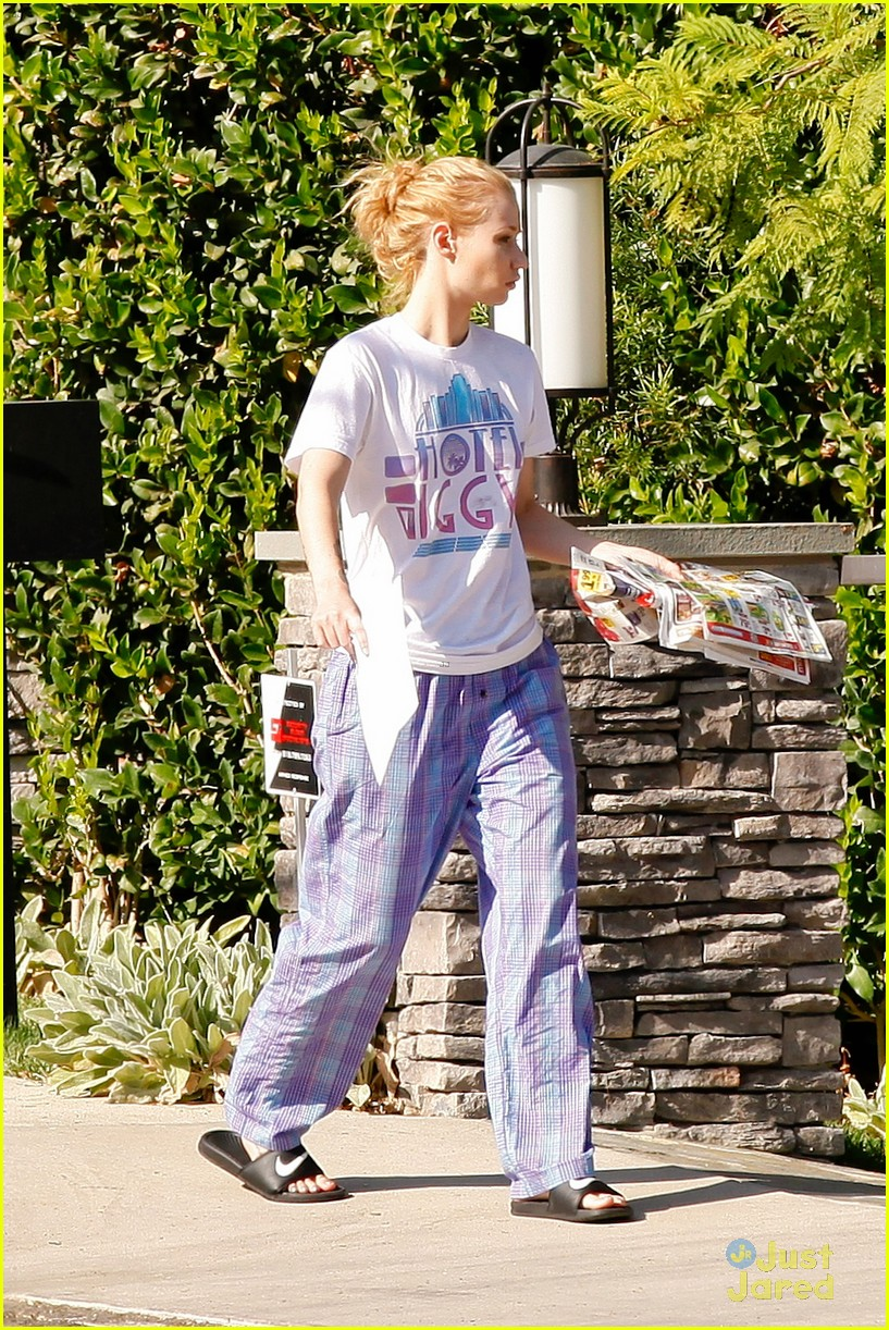 f4488d0fdd ... Wears Her PJs Outside   Picks Up the Mail at Her New House · Zoom In  Zoom. iggy azalea checks mail in comfy pjs 17