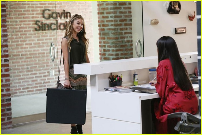 Haley gets herself a fashion job on 39 modern family 39 tonight see the pics photo 741444 for Work from home fashion design jobs