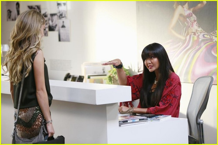 Haley gets herself a fashion job on 39 modern family 39 tonight see the pics photo 741445 for Work from home fashion design jobs