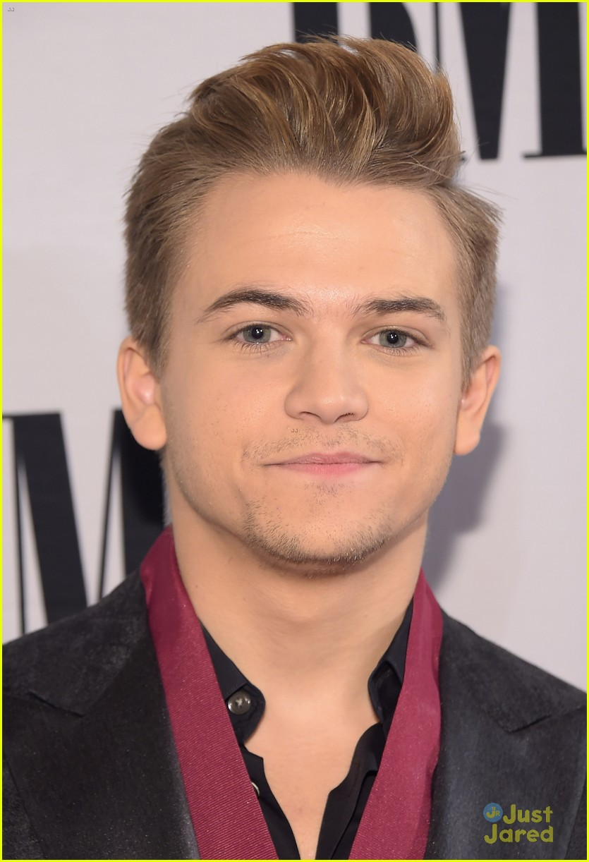 hunter hayes gets honored with medallion at bmi country awards 09