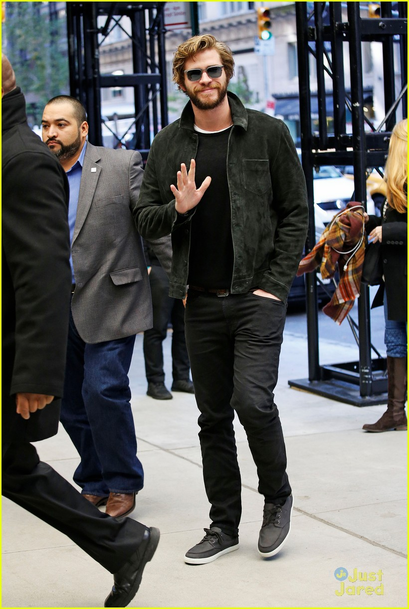 liam hemsworth tricycle race on tonight show 01