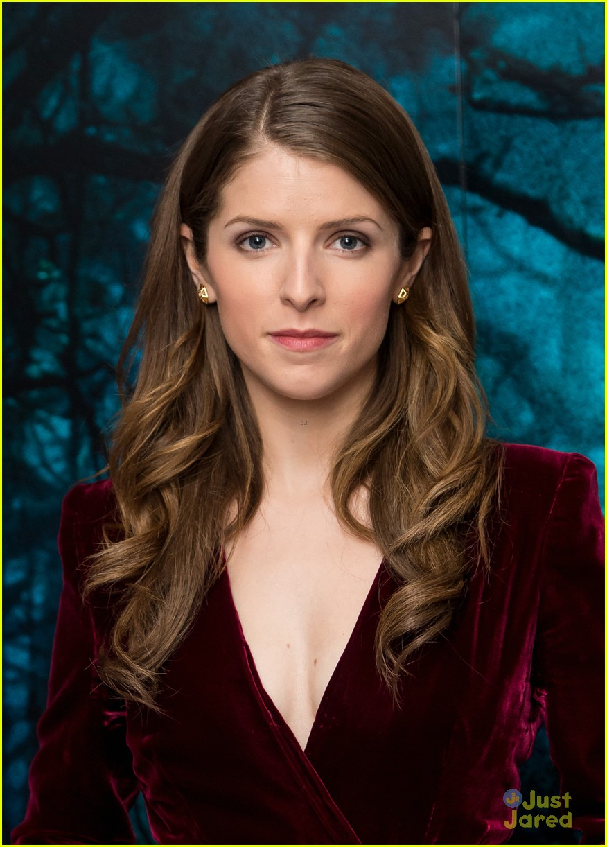 Anna Kendrick S Christmas Sweater Inspired Dress Is Not So Ugly Photo 753754 Photo Gallery