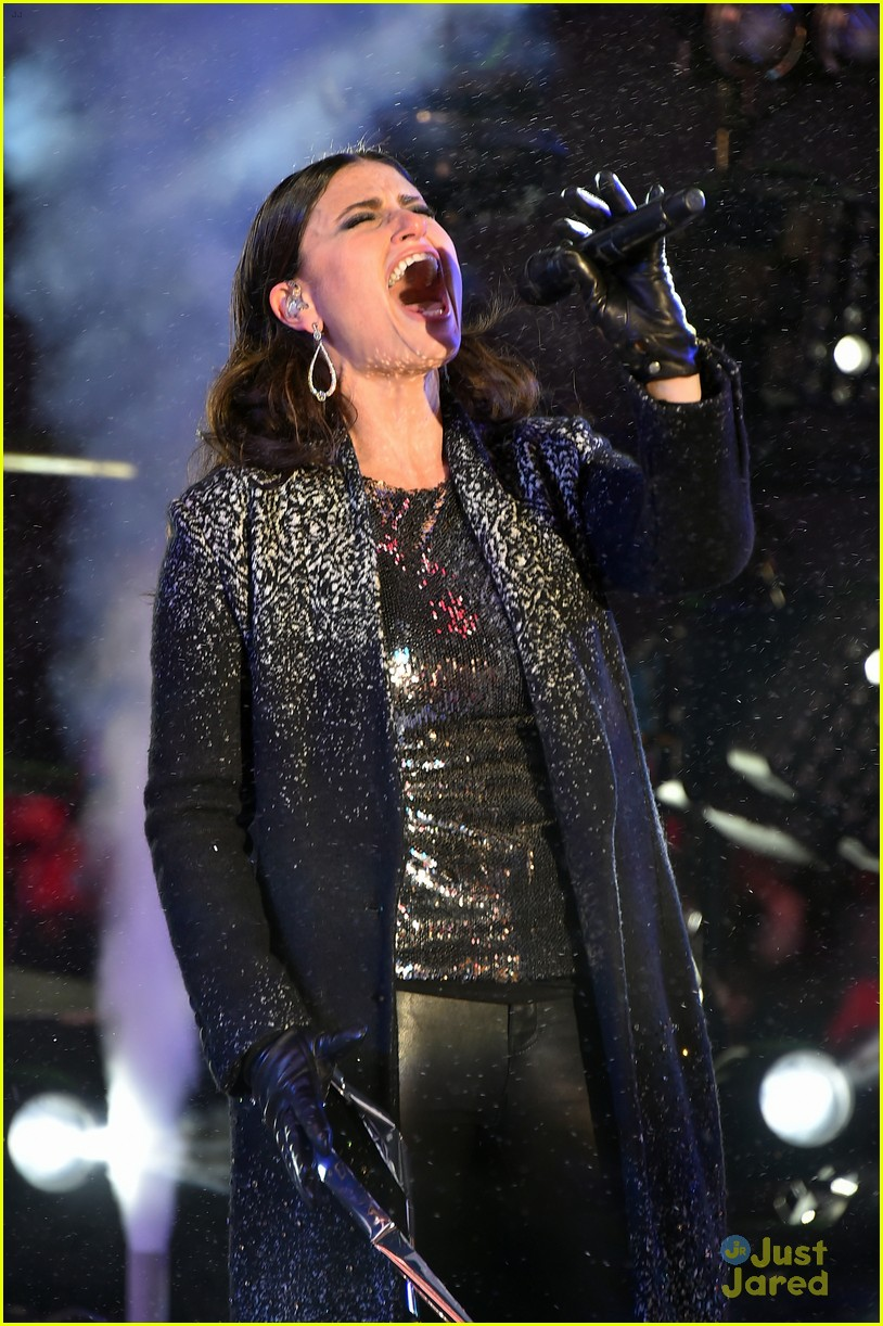 idina menzel sings let it go on new years eve 2015 03