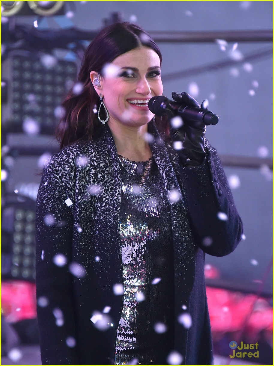 idina menzel sings let it go on new years eve 2015 09
