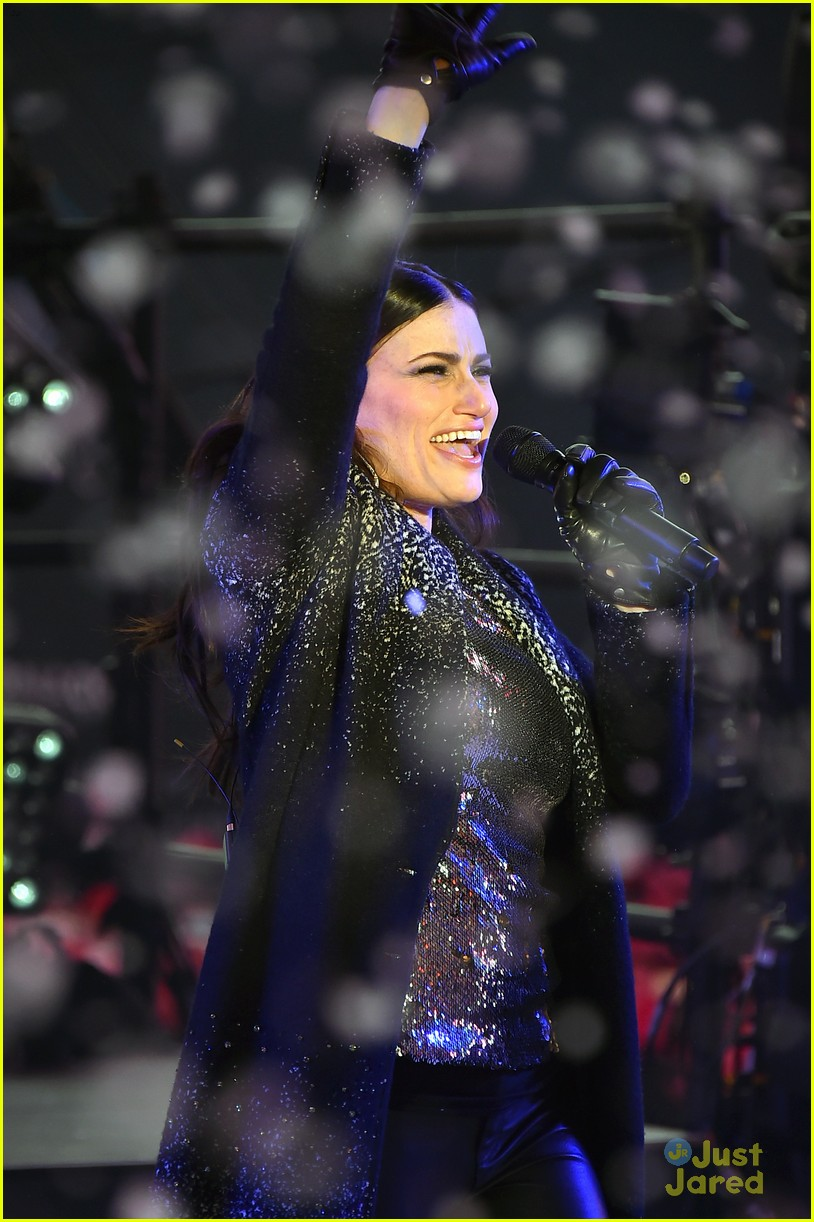 idina menzel sings let it go on new years eve 2015 12