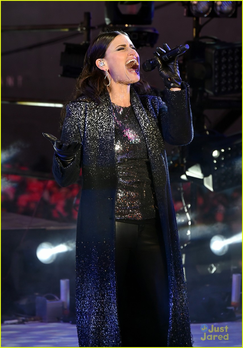 idina menzel sings let it go on new years eve 2015 15
