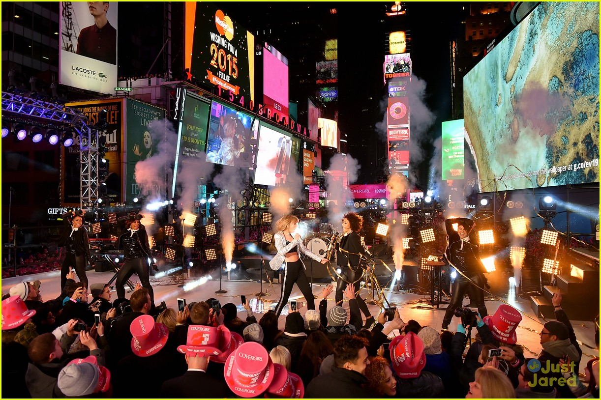 Taylor Swift Performs on New Year's Eve in Times Square ...
