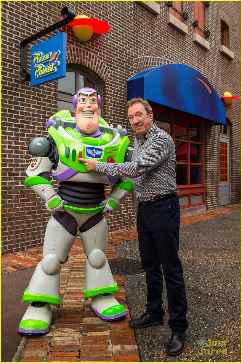 tim allen met up with buzz lightyear at disney world 03